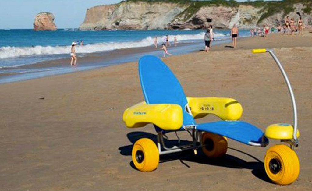 Voyager avec handicap à la plage